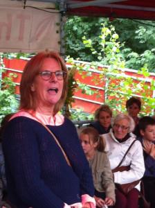 Steffi Grau begrüßt die Gäste vom Jubiläums-Fest am Isebekkanal.